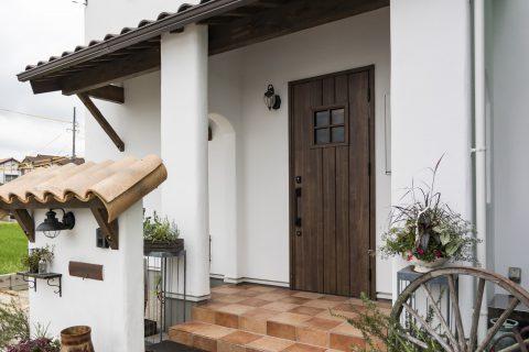 漆喰の白とダークブラウンの木が味わい深いお家