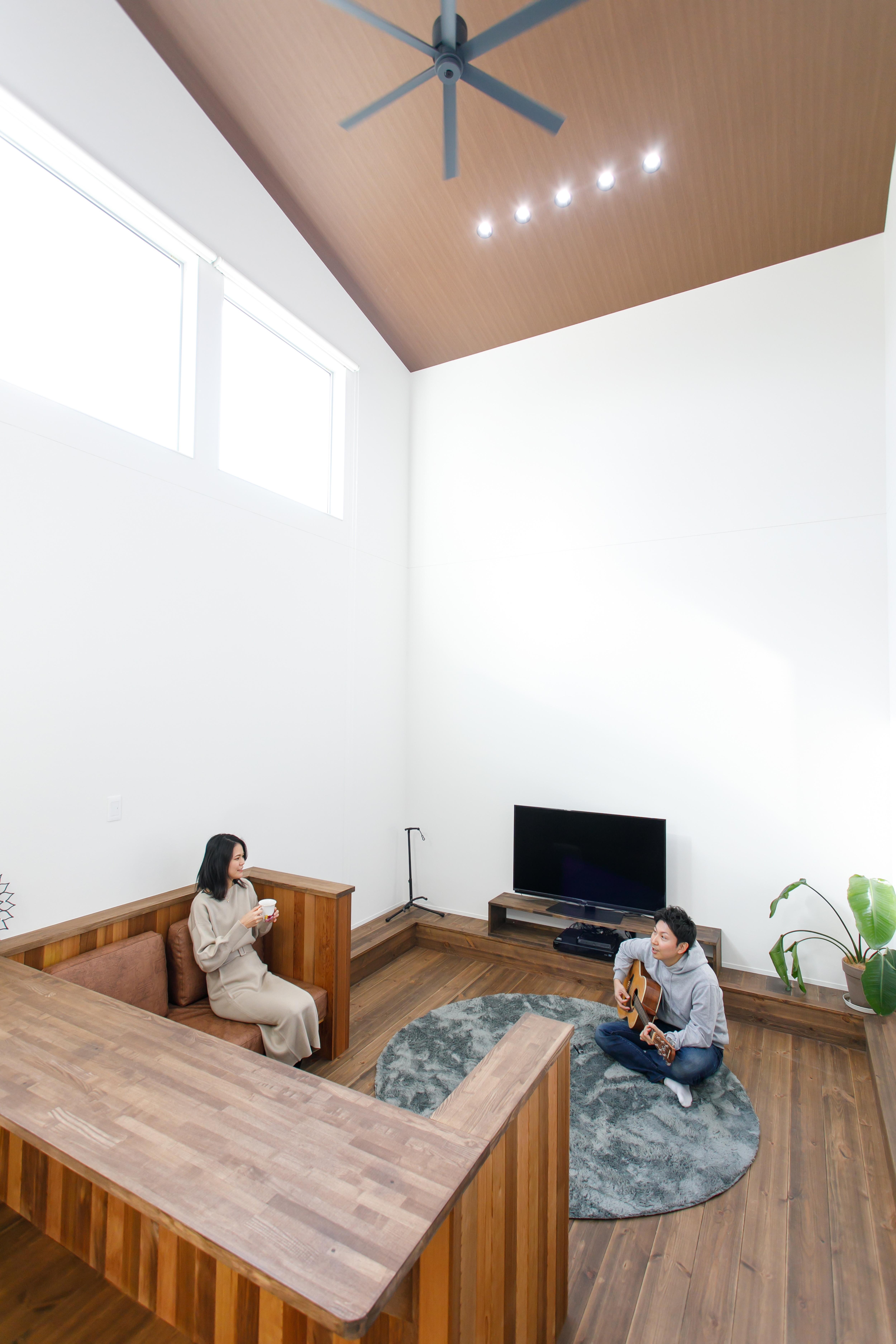 勾配天井の広々リビングのお家