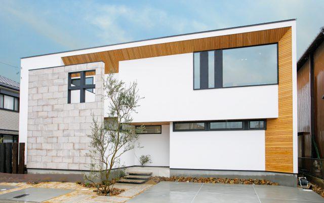 タイルをふんだんに使った大きな窓の二世帯住宅